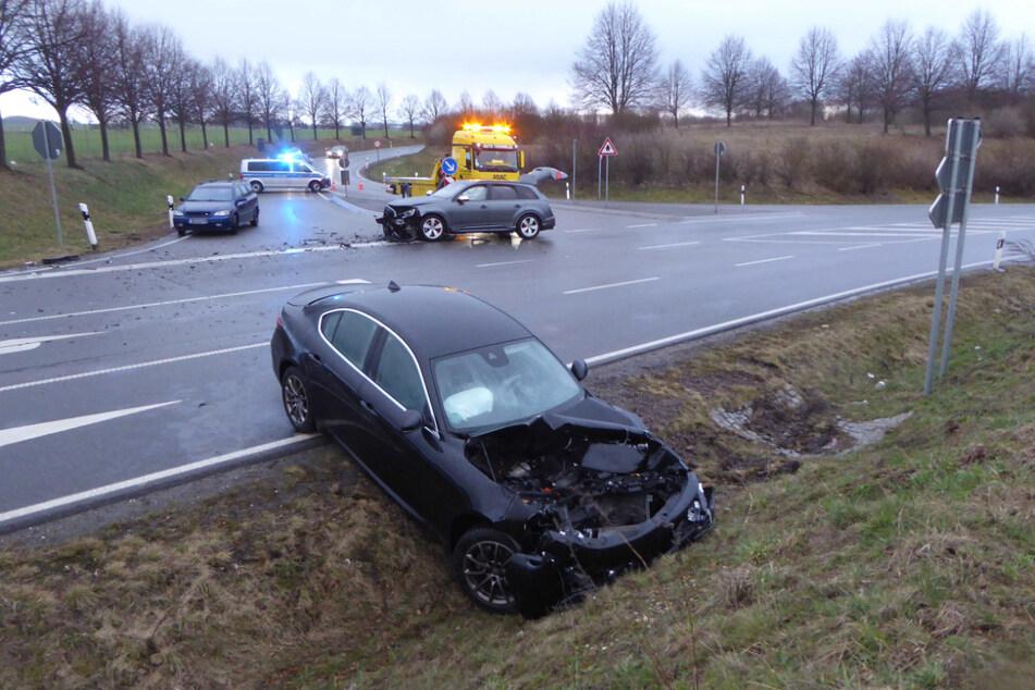 Was für eine Wucht! Auto bei Frontal-Crash in Straßengraben geschleudert