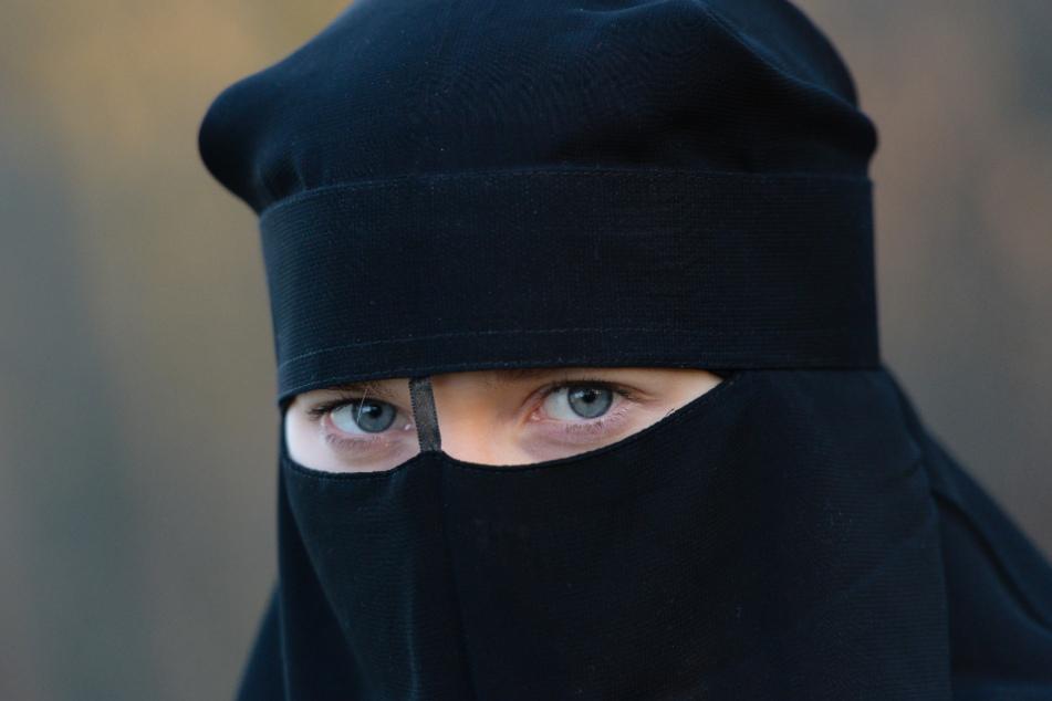 Islamhass? Frau attackiert verschleierte Muslimin