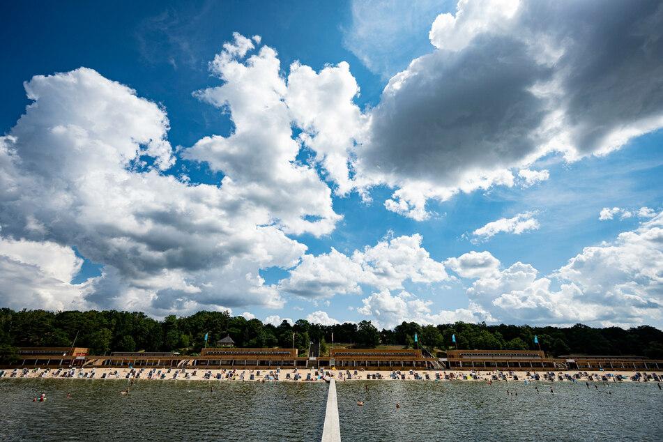 Auch Besucher des Strandbades am Wannsee müssen sich auf einen Mix aus Sonne und Wolken einstellen.