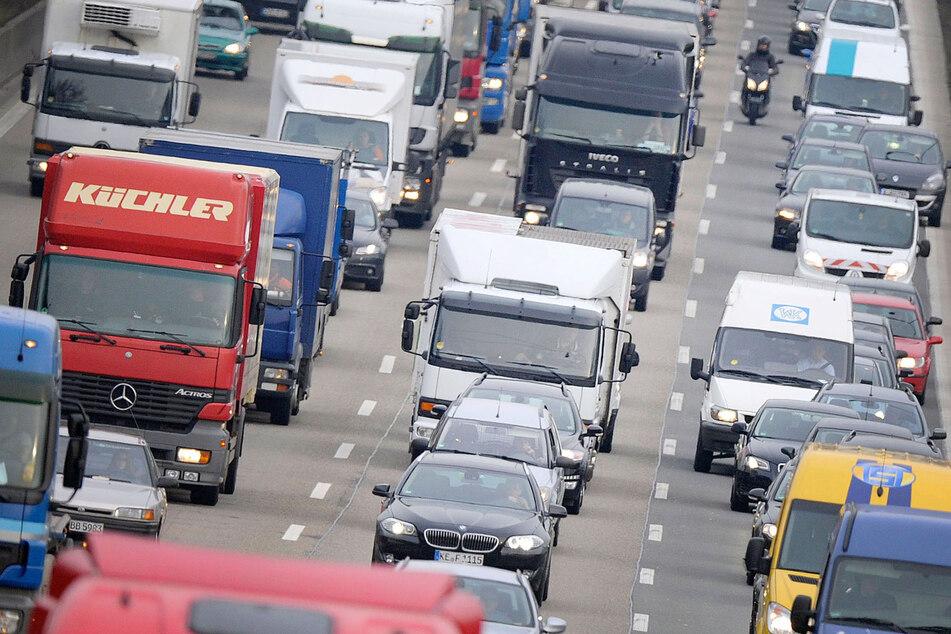 Autos stehen auf der Autobahn im Stau.