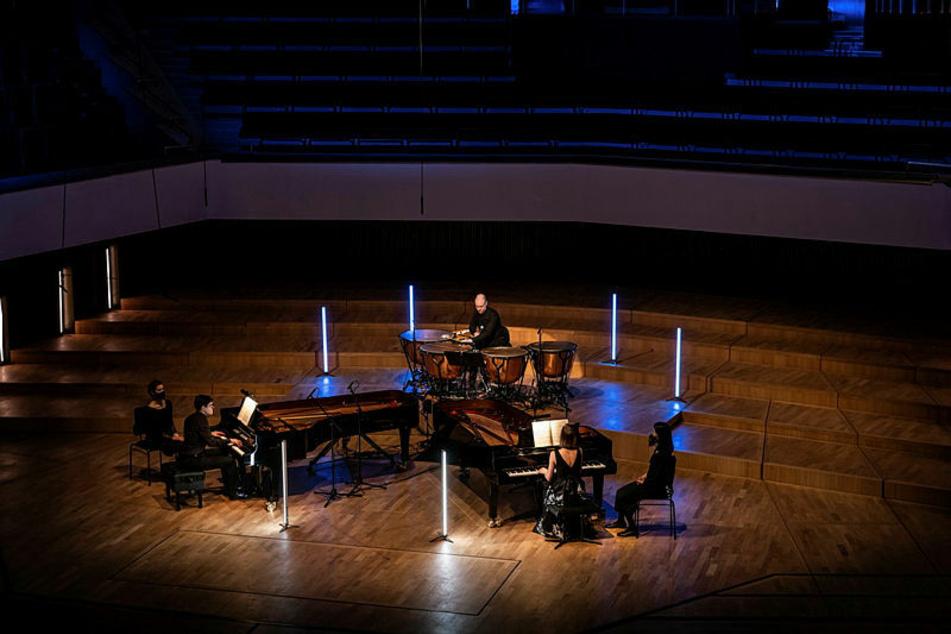 Das Klavierduo Shalamov mit Pauker Tom Greenleaves bei der Aufnahme im Gewandhaus.