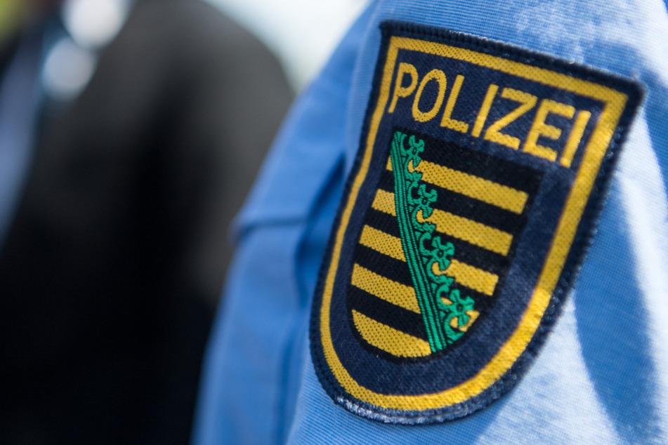 Drei Männer bedrohen Teenager mit Messer und rauben ihn aus!