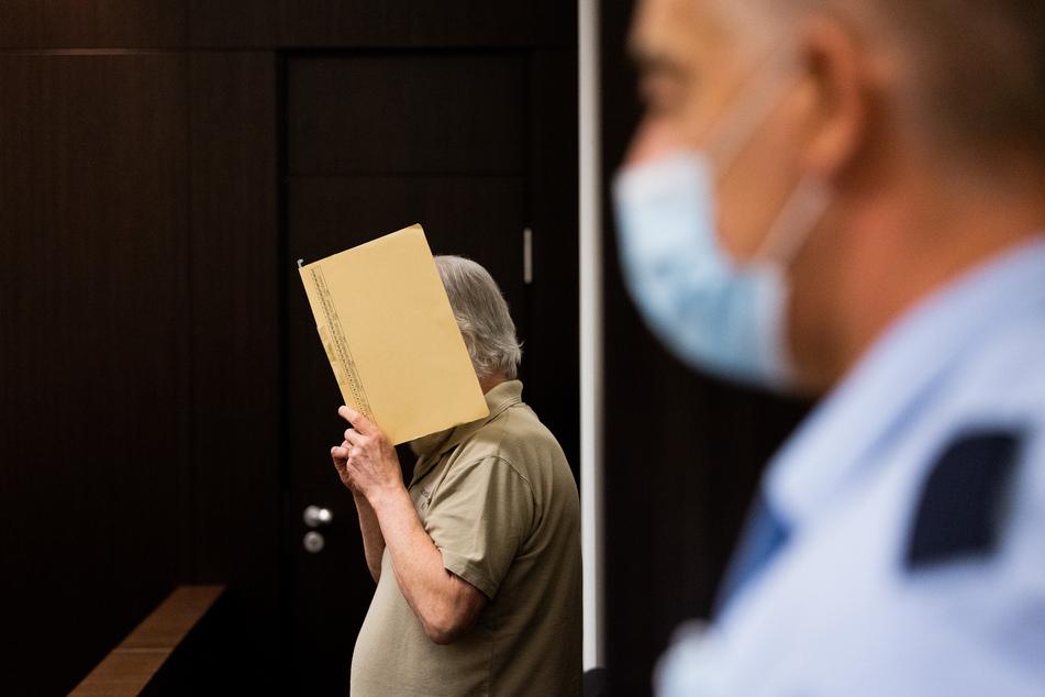 Der 63-jährige Ex-Polizist hatte mehr als 1000 Bilder von sexuellem Kindermissbrauch in seiner Wohnung.