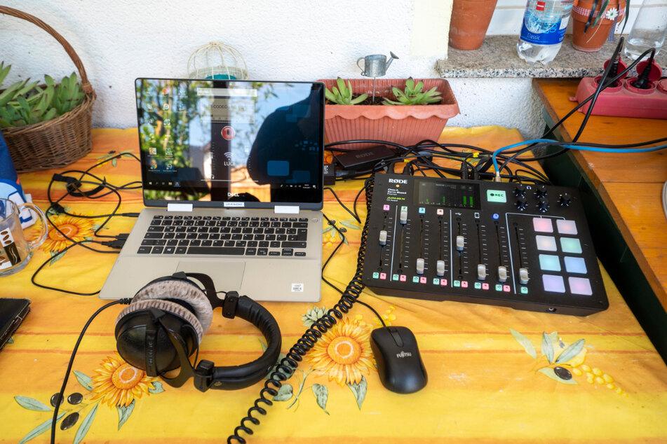 Wo sonst Gartenschere und Rankhilfen liegen, macht sich die Radiotechnik breit.