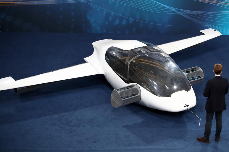 """Der Prototyp des ersten flugfähigen """"Flugtaxis"""", der eVTOL - electric vertical take-off and landing Jet - des Herstellers Lilium."""