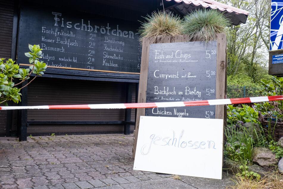 Ein Imbiss, in dem normalerweise Fischbrötchen verkauft werden, ist im Ostsee-Ferienort Laboe bei Kiel wegen der Corona-Pandemie geschlossen.