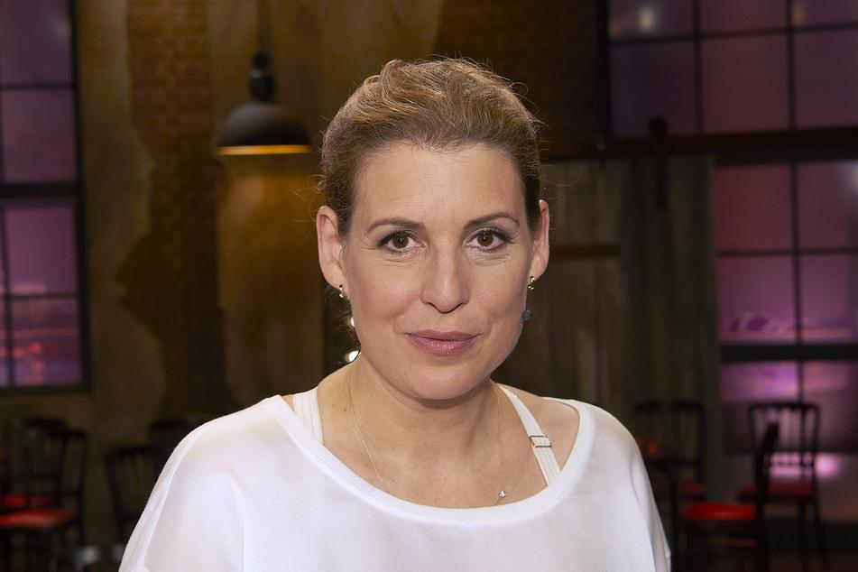 """Die Schauspielerin und Moderatorin Elena Uhlig (45) hat sich einen roten Teppich unter den Arm geklemmt und die Trophäen für den """"Deutschen Kamerapreis"""" sicher verpackt. Die Verleihung ist am 25. Mai 2021 um 23.35 Uhr im WDR zu sehen - am Freitag ist sie auf dem Riverboat."""