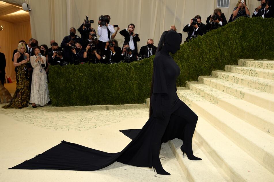 Kim Kardashian (40) sorgte bei der Benefiz-Gala des MET Museum Costume Institute für ungläubige Gesichter.