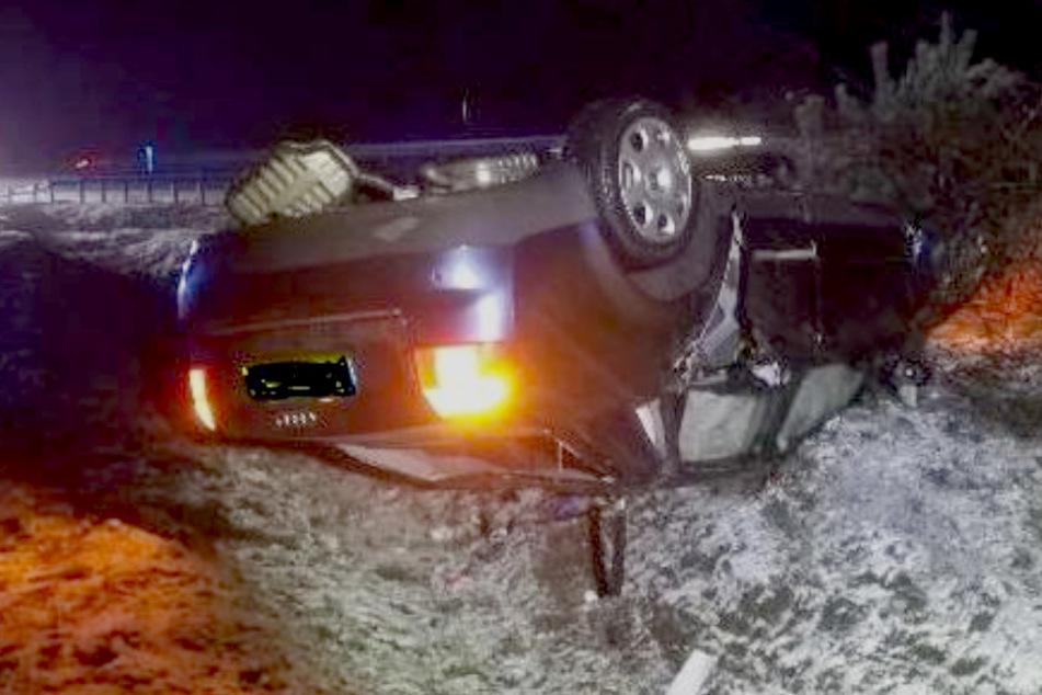 Unfall auf der A1: Auto überschlägt sich auf schneeglatter Straße