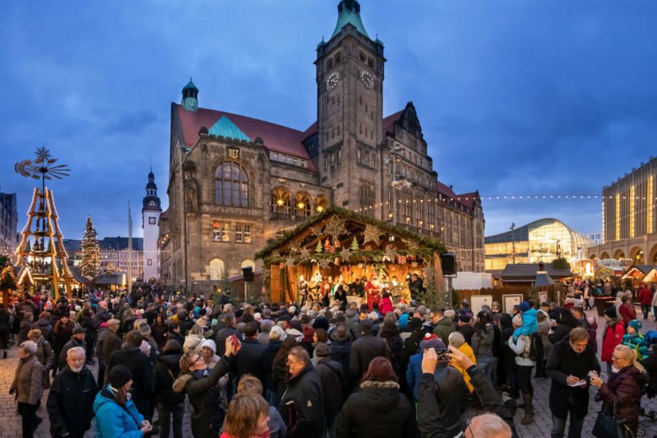 Der Weihnachtsmarkt in Chemnitz könnte am 27. November starten. Bis jetzt sind 70 Händler-Hütten und 34 Gastronomie-Buden geplant.