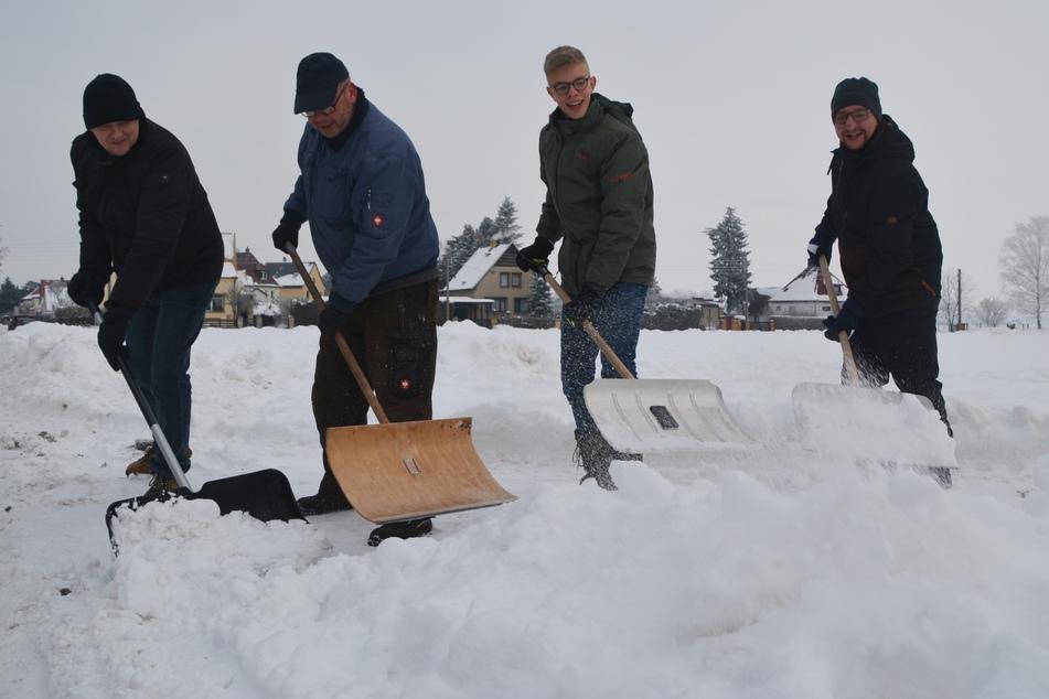 Anwohner des Zaucheblick bekommen die Schneemassen mit purer Muskelkraft nicht beiseite geräumt.