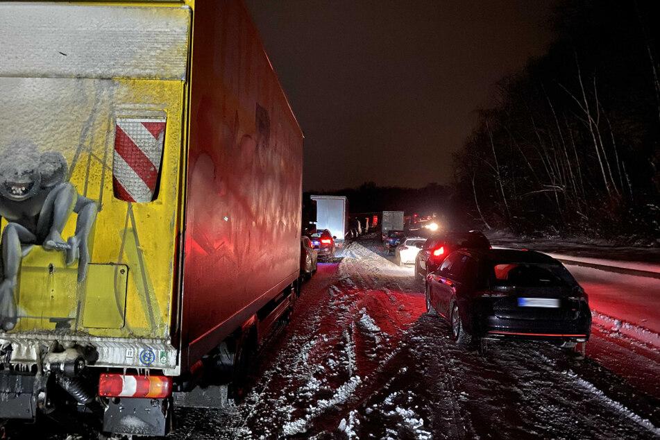 Die ganze Nacht waren die Auto- und Lkw-Fahrer bei eisigen Temperaturen auf der A4 gefangen.