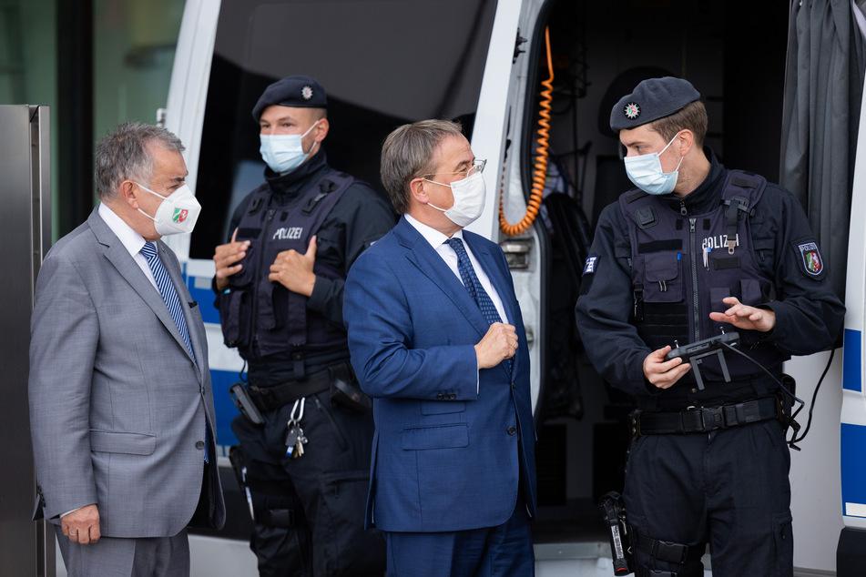 NRW-Ministerpräsident Armin Laschet (60, 2.v.r.) und NRW-Innenminister Herbert Reul (68, l., CDU) tauschen sich mit Bereitschaftspolizisten zur Clan-Kriminalität aus.