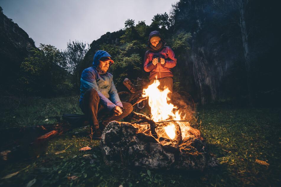 Gereist und erlebt wird 2021 verstärkt zusammen mit der ganzen Familie oder dem Partner - zum Beispiel ein Lagerfeuer-Abend.