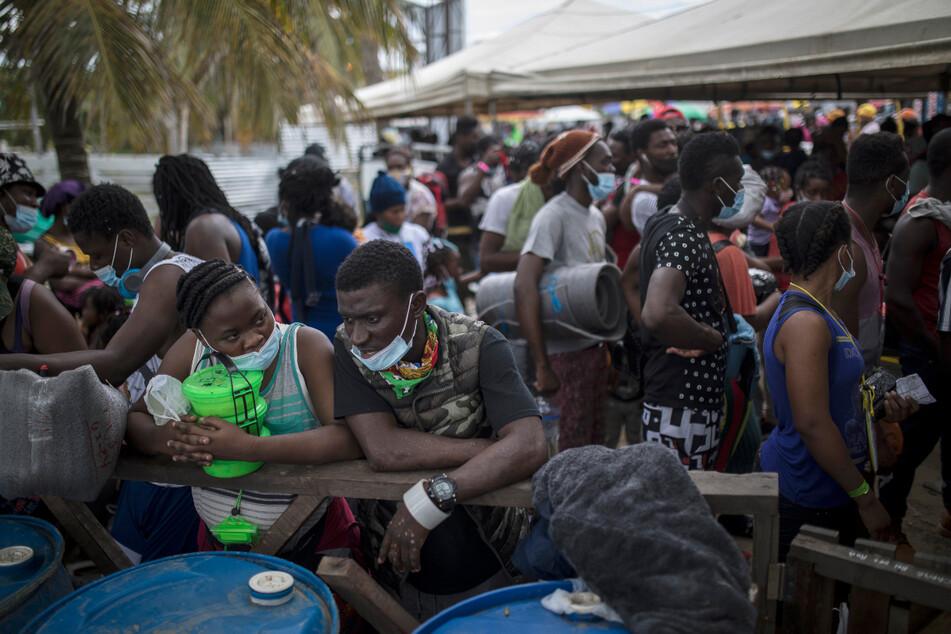 Haitianische Migranten warten darauf, an Bord eines Bootes in Richtung Capurgana nahe der Grenze zu Panama zu gehen.