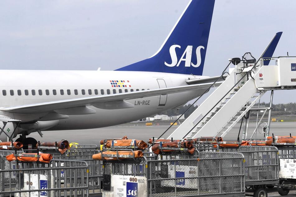Schweden, Stockholm: Eine Maschine der skandinavischen Fluggesellschaft SAS steht auf dem Arlanda Airport.