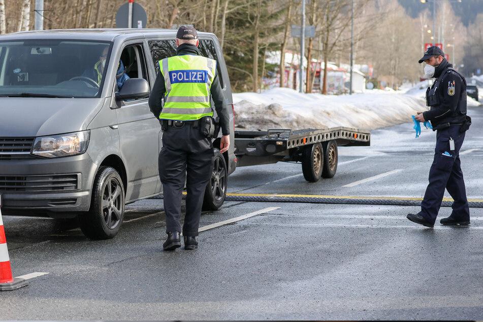Klingenthal: Beamte der Bundespolizei kontrollieren den Fahrer eines Fahrzeuges aus Tschechien.