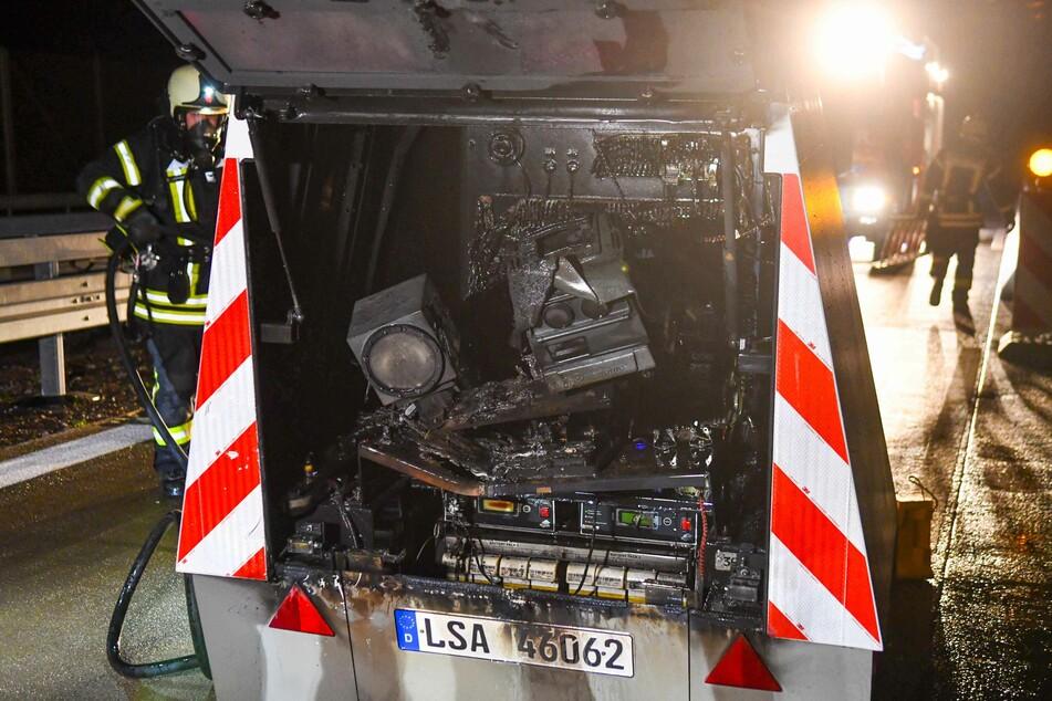 Der Innenraum des mobilen Blitzeranhängers wurde durch das Feuer zerstört.