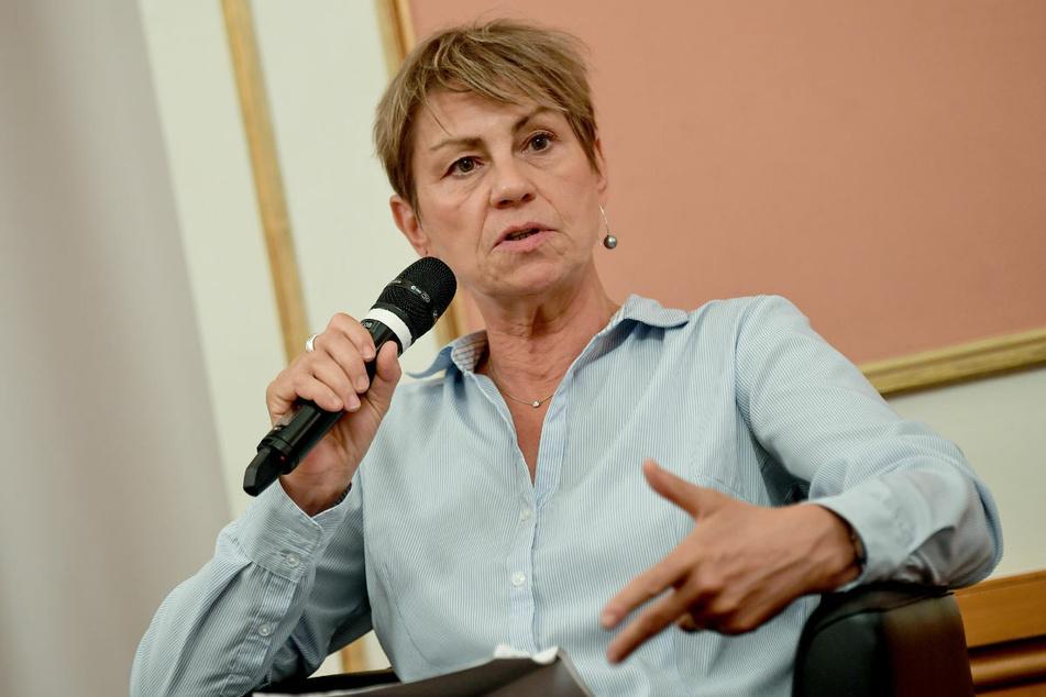 Elke Breitenbach (59, Die Linke) spricht im August 2020 mit Beziehern des Solidarischen Grundeinkommens. Aufgrund eines Untreue-Verdacht ist die Sozialsenatorin in den Fokus der Staatsanwaltschaft gerückt.
