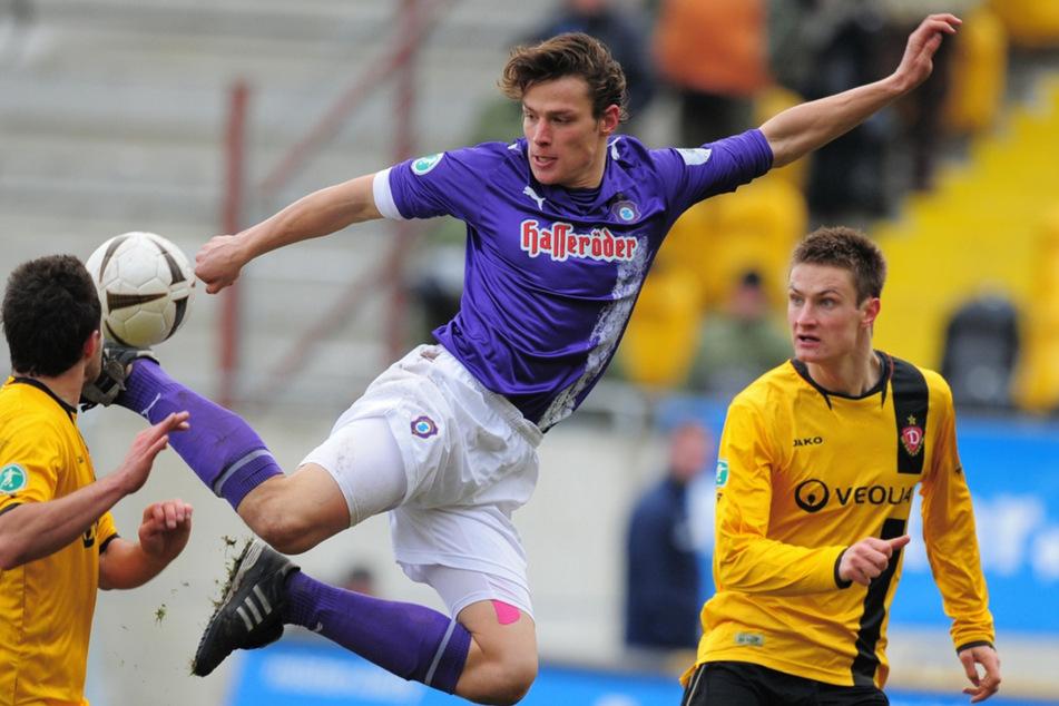 Der Dresdner Markus Palionis (mittlerweile 34, rechts) schaut staunend zu, wie Aues Marc Hensel den Ball gekonnt in der Luft mitnimmt (Archivbild).
