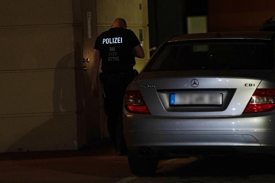 Ein Polizist am Tatort. Die Polizei rückte gegen 21 Uhr aus.