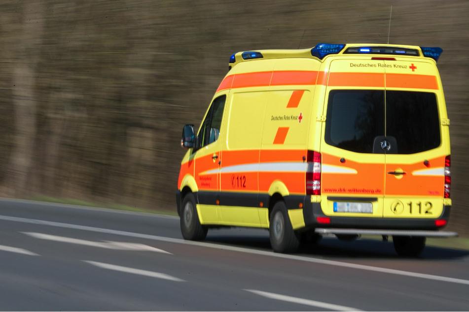 Tödlicher Unfall auf der Landstraße: Skoda kracht bei Überholvorgang gegen Baum