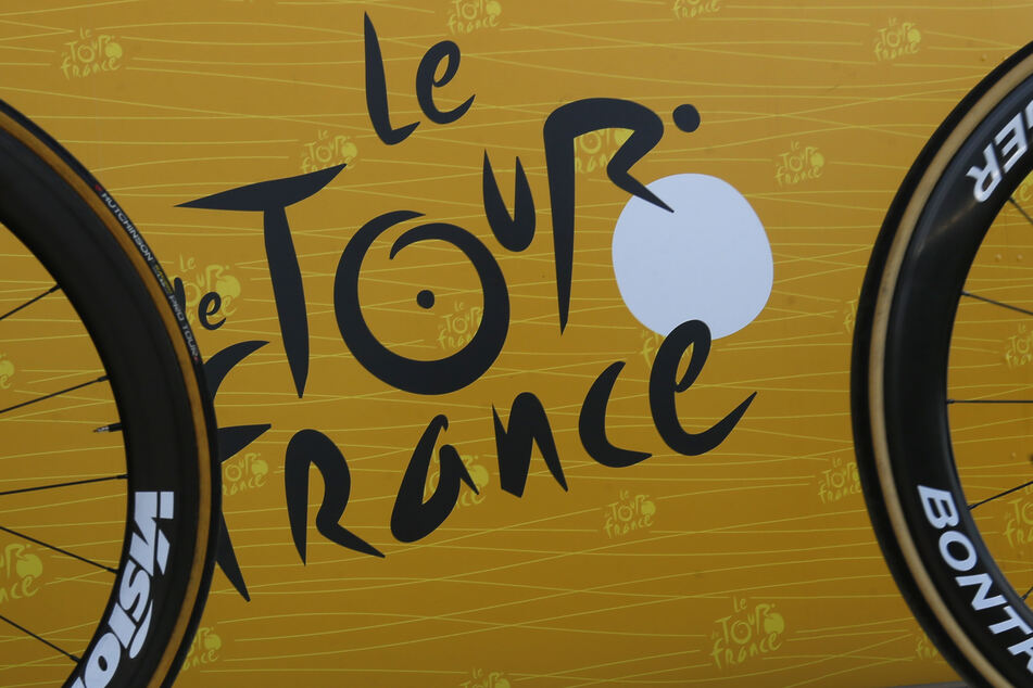 Das Logo der Tour de France fotografiert vor dem Start.
