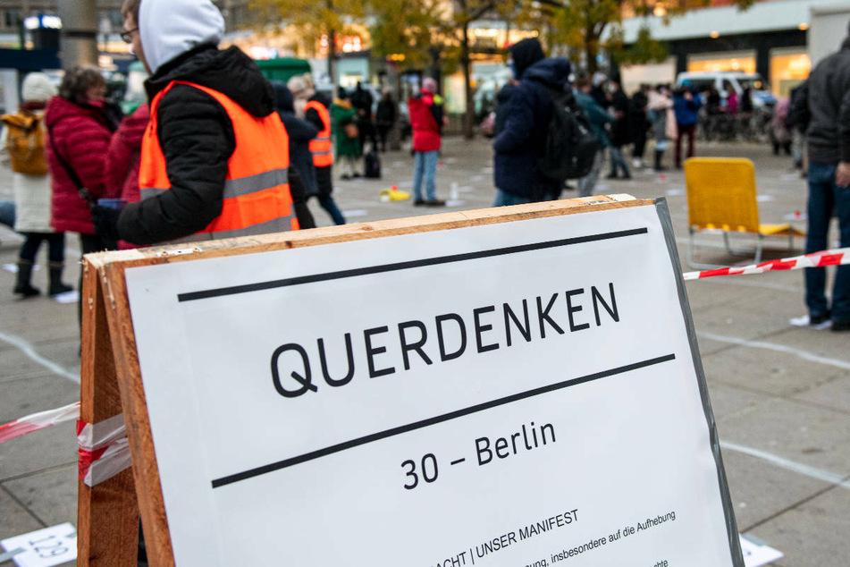 """Die Polizei Berlin hat zwei für das kommende Wochenende geplante """"Querdenken""""-Kundgebungen in der Hauptstadt verboten."""