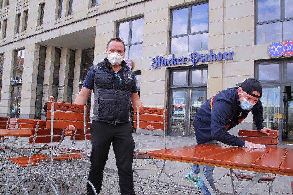 Betriebsleiter Christian Seegerer (33, l.) und Mitarbeiter Daniel Seidel (32) haben den Außenbereich des Hacker-Pschorr auf dem Altmarkt für den Start hübsch hergerichtet.