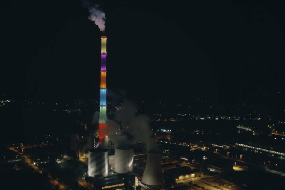 """Der """"Lange Lulatsch"""" in Chemnitz leuchtet farbenfroh."""