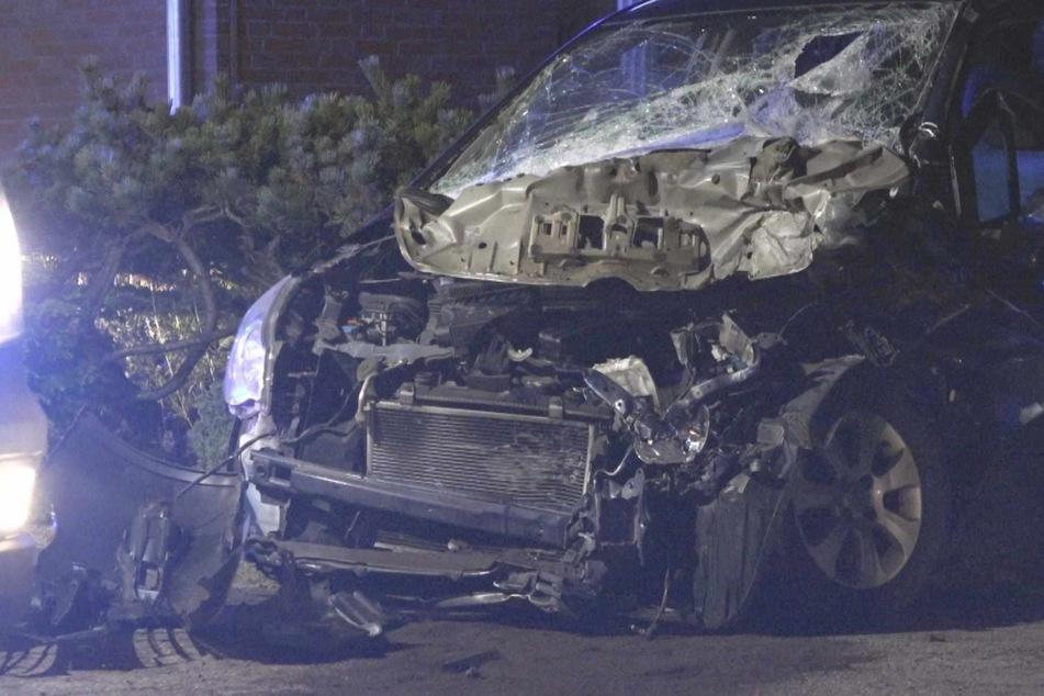 Auto kracht in Trecker: Fahrerin stirbt nach Zusammenstoß