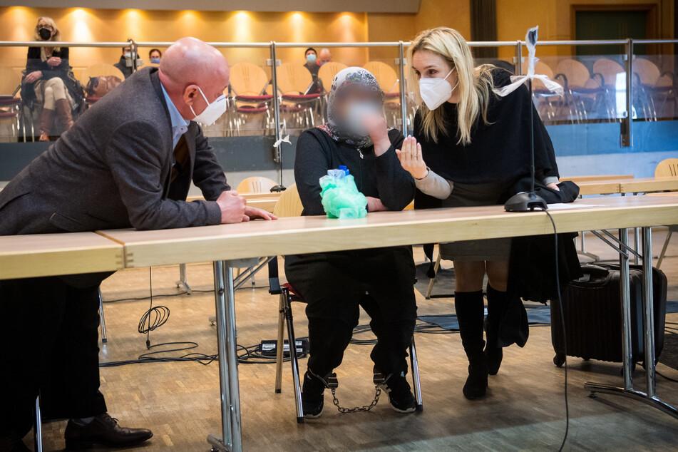 Die Angeklagte spricht vor Prozessbeginn mit der Anwältin Daniela Post (r) und dem Dolmetscher Seyhmus Ayaz.