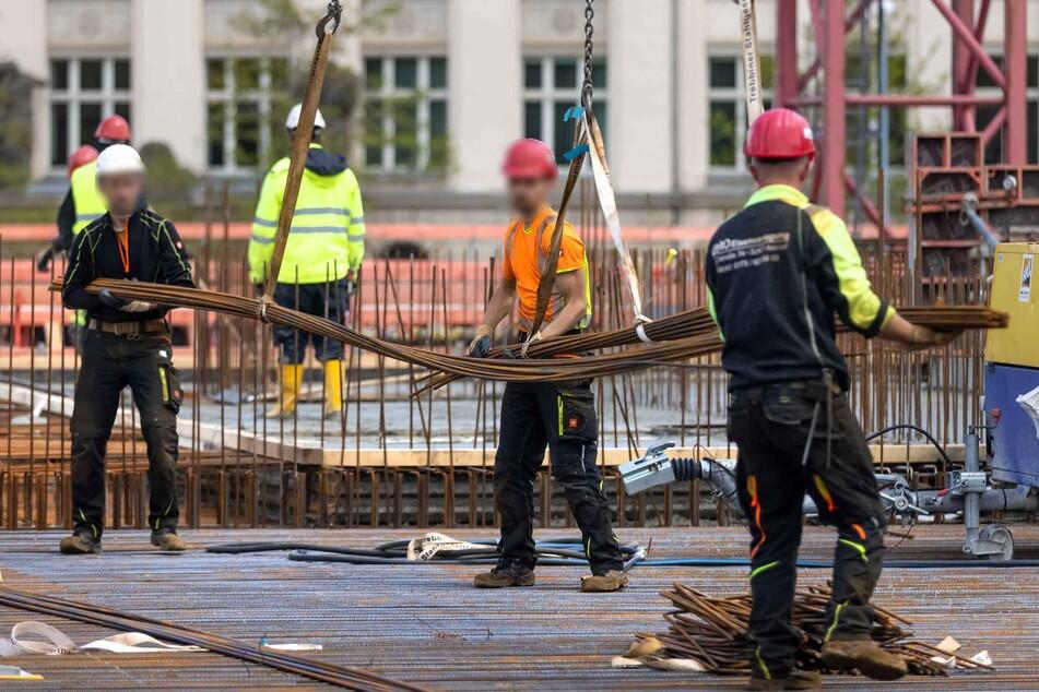 Damit es auf den Chemnitzer Baustellen weitergeht (hier die Oberschule am Hartmannplatz), muss die Stadt tiefer in die Tasche greifen als geplant.