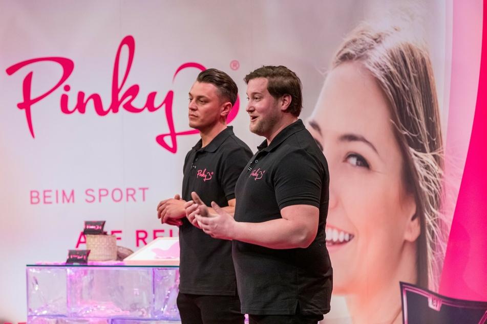 """Die """"Pinky Gloves""""-Erfinder Eugen Raimkulow (l) und Andre Ritterwürden (beide 32) haben sich nach heftiger Kritik im Netz zu Wort gemeldet."""