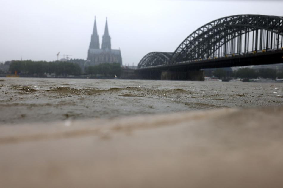Im Stadtteil Deutz schwappte das Wasser am Dienstag auf die Uferpromenade. Der Pegelstand lag in Köln am Dienstagvormittag bei 5,38 Metern. (Archivfoto)