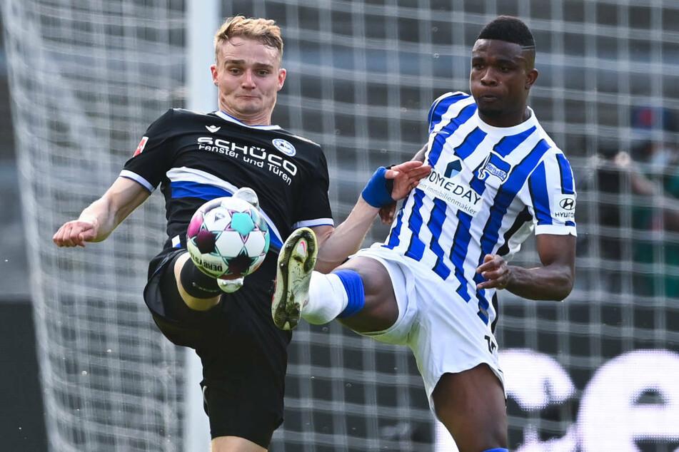 Jhon Cordoba (28, r.) im Zweikampf mit Bielefelds Amos Pieper (23). Der Hertha-Stürmer hat sich im Spiel gegen die Arminia eine Bänderverletzung im Sprunggelenk zugezogen.