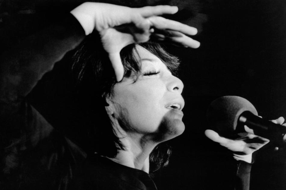 Die französische Sängerin und Schauspielerin Juliette Greco, aufgenommen während eines Auftritts am 10. Oktober 1973 in der Kölner Sporthalle.