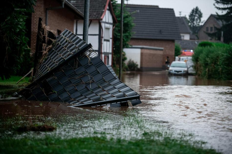 Ein Gartenzaun liegt im Wasser in Heimerzheim. Unwetter hatten am Mittwoch in Nordrhein-Westfalen und Rheinland-Pfalz ganze Landstriche verwüstet.