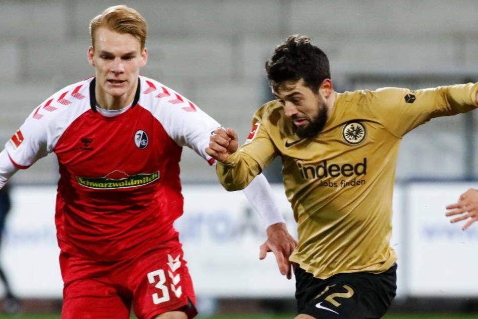 Eintracht Frankfurts Torschütze zum 1:0 Amin Younes (r.) im Zweikampf mit Philipp Lienhart vom SC Freiburg.
