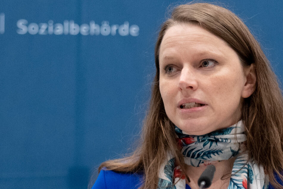 Melanie Leonhard (43, SPD), Senatorin für Arbeit, Gesundheit, Soziales, Familie und Integration von Hamburg, äußert sich bei einer Pressekonferenz über das neue Impfzentrum, das in den Messehallen fertig aufgebaut ist.