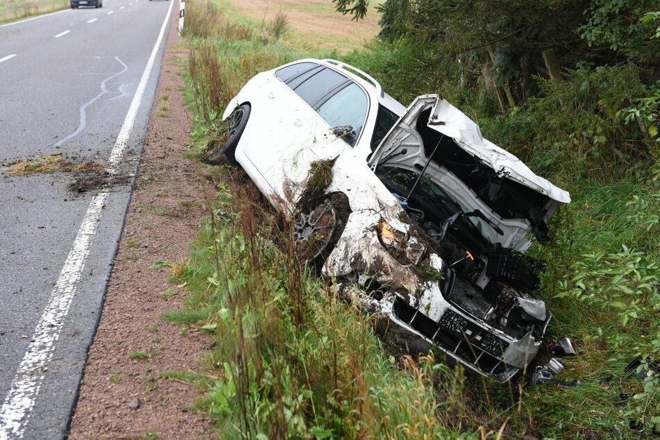 Ein Skoda landete am Donnerstagmorgen nach einem Crash auf der B175 im Straßengraben.