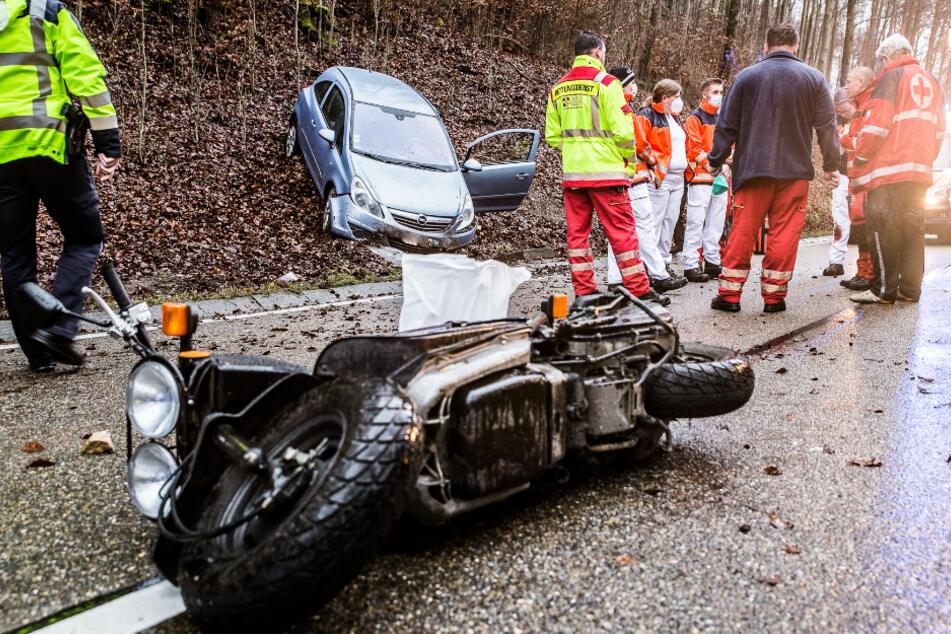 Horror-Crash! Opel schleudert in Gegenverkehr und kracht in Biker, der an der Unfallstelle stirbt