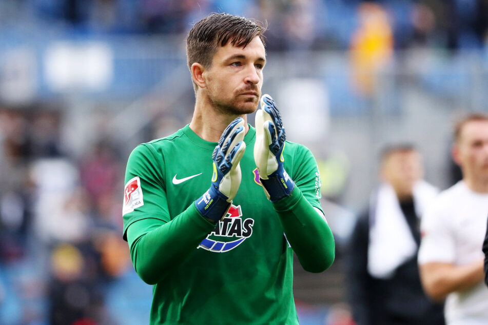FCE-Keeper Martin Männel (33) bedankt sich mit besorgter Miene bei den mitgereisten Fans. Der Kapitän sieht auch: Offensiv ist Aue zu ungefährlich!