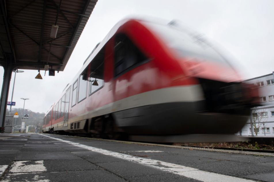 Kind läuft auf Bahngleisen: Zug muss notbremsen
