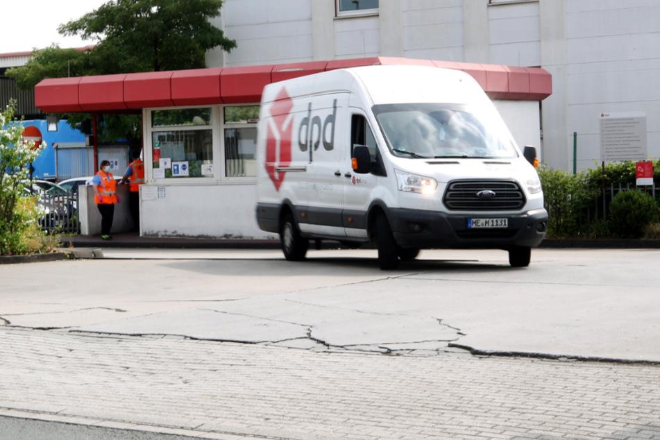 Ein DPD-Pakettransporter verlässt das Paketsortierzentrum von DPD.