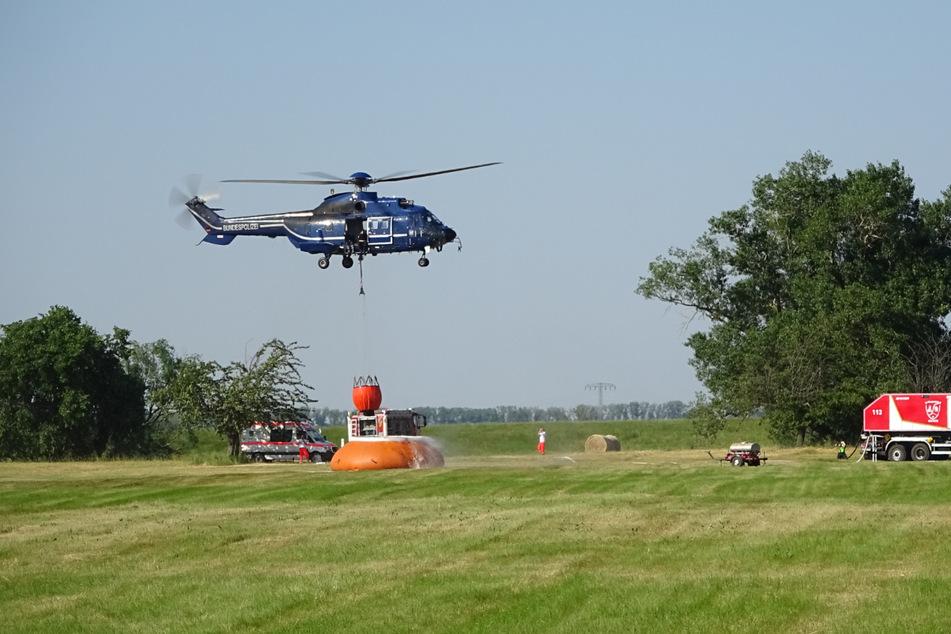 Einsatzkräfte der Bundespolizei halfen ab Freitagnachmittag mit einem Hubschrauber bei den Löscharbeiten.