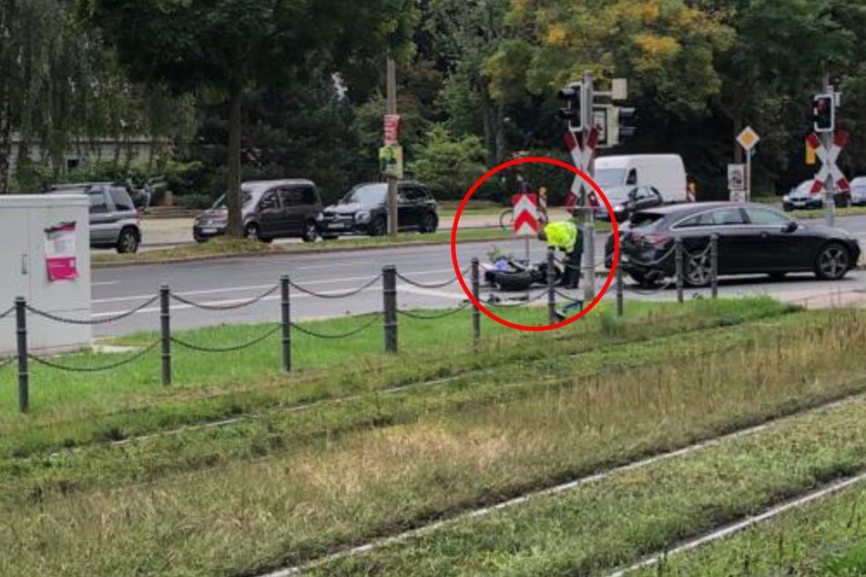 Der Motorradfahrer krachte von hinten in den Kombi.
