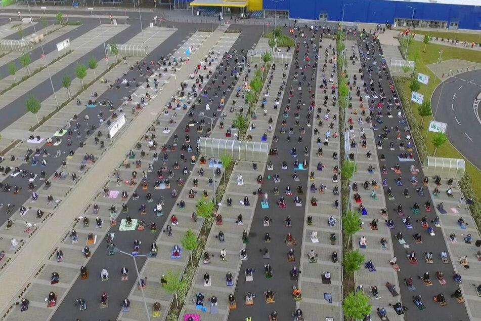 Corona-konform mit Sicherheitsabstand: Hunderte Muslime beten auf Ikea-Parkplatz