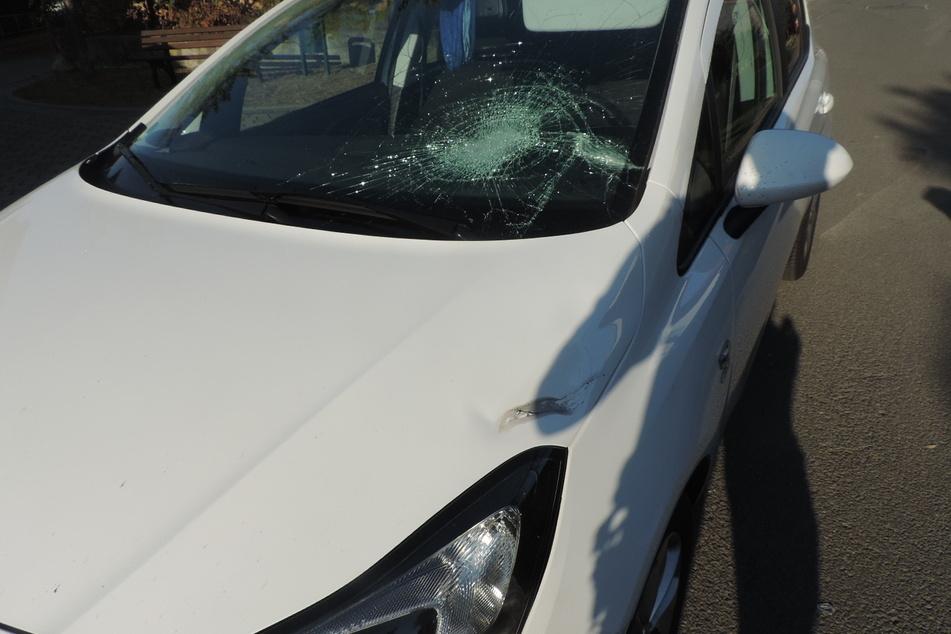 Der Junge knallte bei dem Unfall gegen die Windschutzscheibe des Opels.