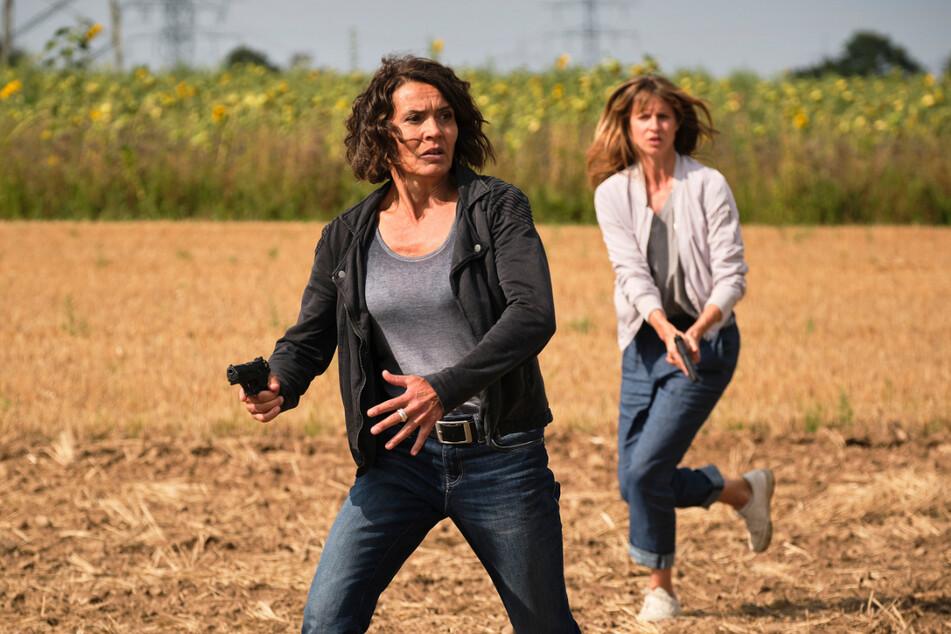 Kommissarin Lena Odenthal (Ulrike Folkerts, 59, l.) und ihre Kollegin Johanna Stern (Lisa Bitter, 37) machen Jagd auf einen psychisch gestörten Killer.